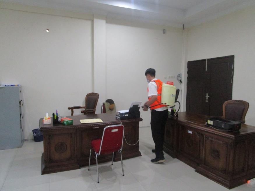 Cegah Virus COVID-19, Pengadilan Negeri Sintang Semprot Cairan Disinfektan di Seluruh Area Kantor
